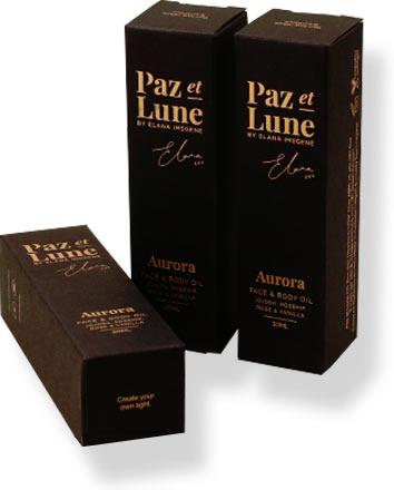 черные фирменные коробки с тиснением логотипа фольгой
