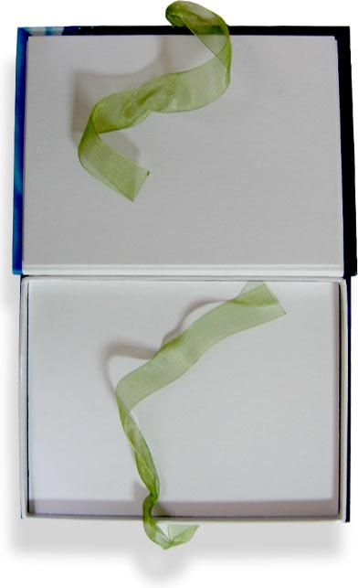 подарочная коробка с завязками на ленту